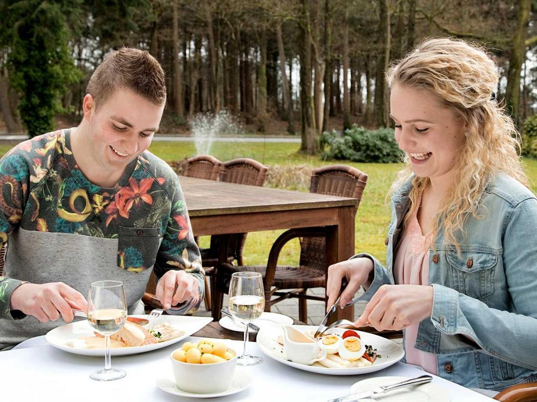 lunchen op terras drenthe hotel westerbork