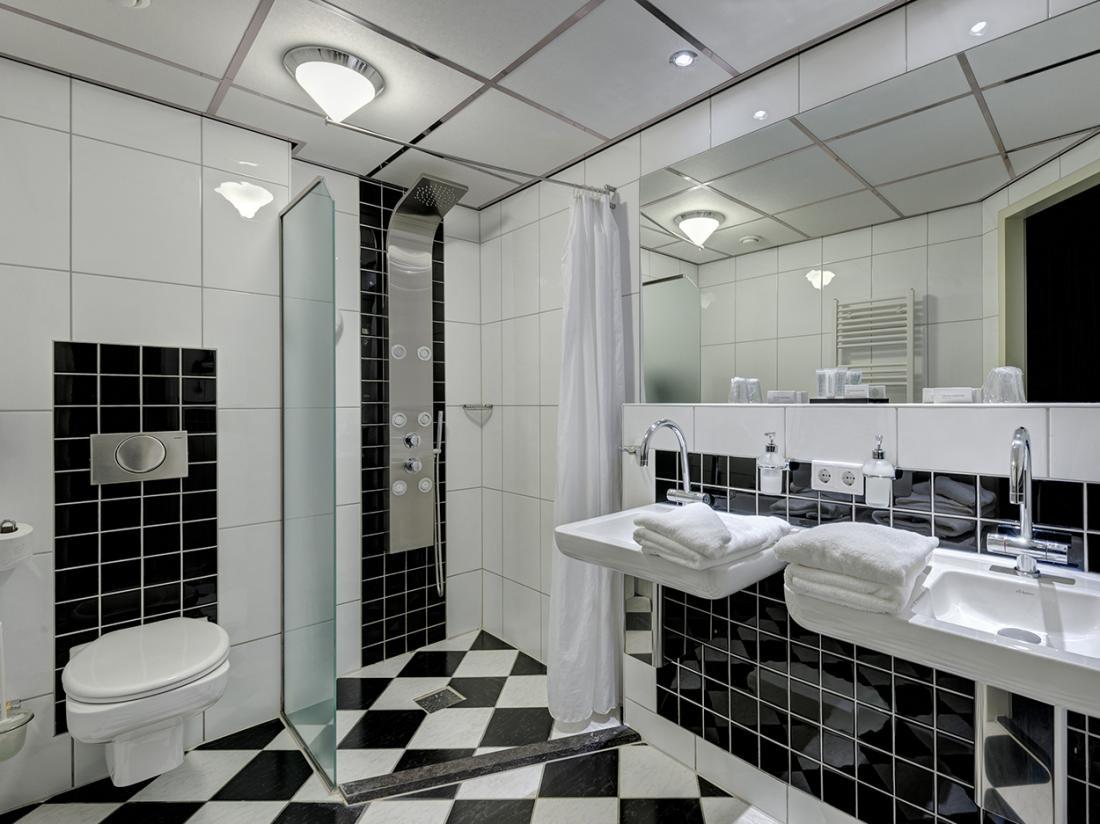 Hotel De Boegschroef Delfzijl Weekendjeweg Hotelkamer Badkamer