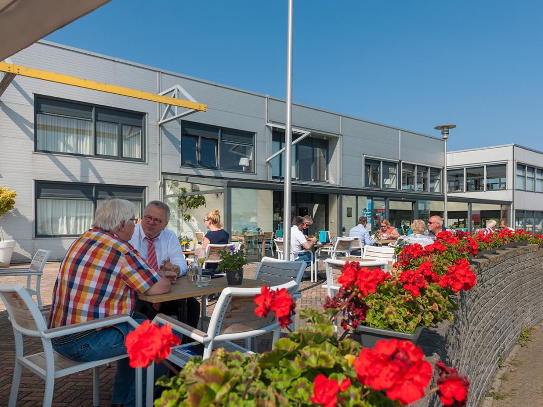 Hotel De Boegschroef Delfzijl Weekendjeweg Terras Zomer