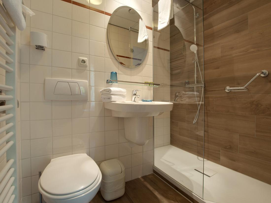 Badkamer royal en tuinzicht kamer