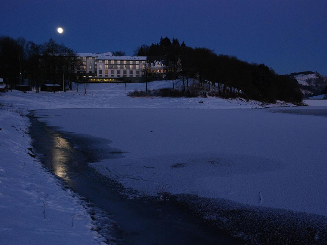 Weekendjeweg Meschede Mennesee hotel winter aanzicht