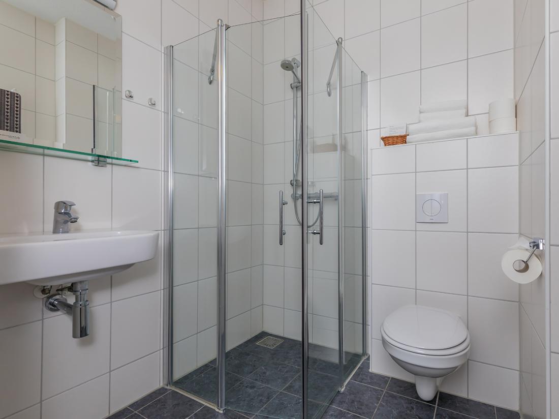 Resort land en zee scharendijke interieur badkamer