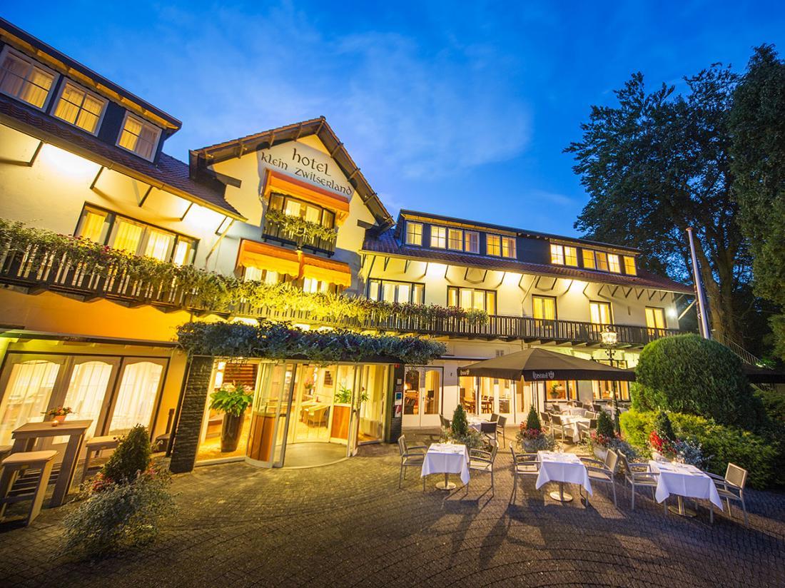 Hotelaanbieding Klein Zwitserland Heelsum Hotel Vooraanzicht Nacht